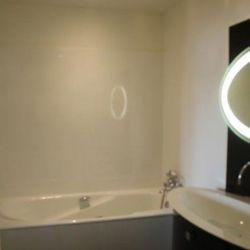 Réfection de la salle de bains avec le remplacement de la baignoire d'un côté du meuble et pose d'une baignoire de l'autre côté.