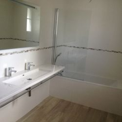 Plan vasque double avec baignoire et pare-bains