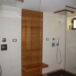 Création de deux douches avec robinetteries encastrées, douchettes à mains et douches de têtes chromothérapies