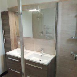 Remplacement de la baignoire et du lavabo par une douche avec paroi fixe et meuble 2 vasques et miroir