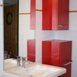 Installation d'un lavabo plat adapté pour recevoir un fauteuil et une colonne de meuble avec poignée ergonomique