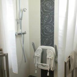 Espace douche pour personne à mobilité réduite créé par nos soins