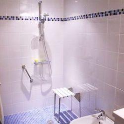 Création d'une douche carrelée avec espace, fauteuil, poignée