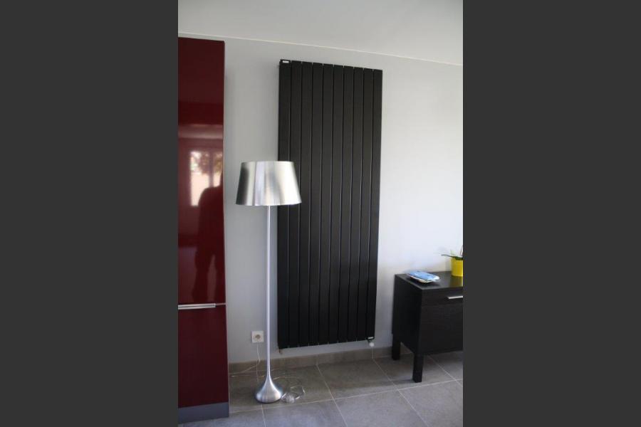 Pose d'un radiateur dans un séjour : radiateur vertical acova noir mat